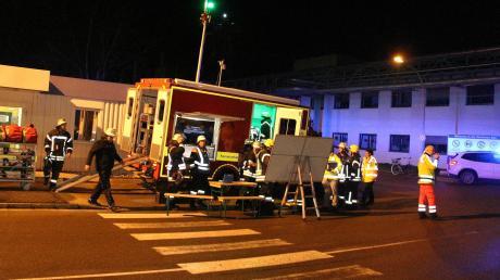 Über 100 Einsatzkräfte von Feuerwehr, Rettungsdienst und Technischem Hilfswerk sind wegen eines Brands zur BASF nach Illertissen ausgerückt.
