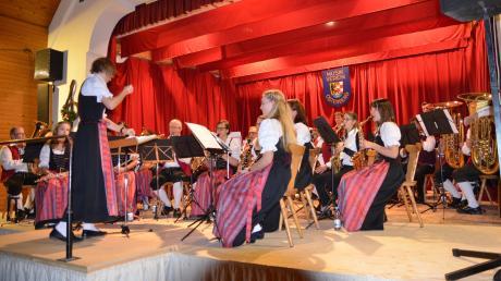Mit Daniela Czech (vorne links) hat die Blaskapelle Osterberg eine professionelle Dirigentin aus den eigenen Reihen.
