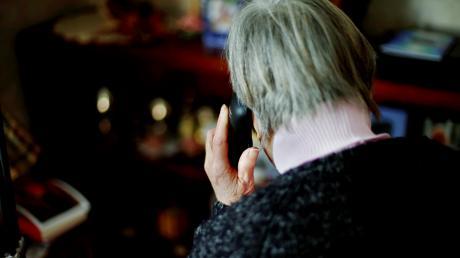 Falsche Polizisten haben versucht, Senioren am Telefon hereinzulegen.