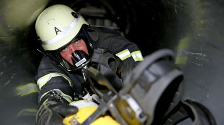 """Die Vöhringer Feuerwehrleute suchen Mitglieder. Bisher sind sie mit 44 Aktiven laut Kreisbrandrat Bernhard Schmidt am """"unteren Bereich"""" angesiedelt, was die Stärke der Mitglieder angeht. Zu den typischen Feuerwehr-Lehrgängen gehört für viele auch die Atemschutzausbildung."""