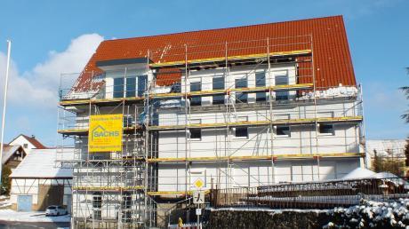 Aus dem Bräuhaus in Illerberg wird nach und nach ein Wohnhaus. Nach einem Baustopp von rund einem halben Jahr ist es jetzt wieder eingerüstet. Die Arbeiten gehen also weiter. Im Spätsommer sollen die Bewohner einziehen können – so der Plan.