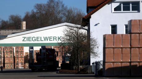 Am Ziegelwerk in Bellenberg sollen die Lagerkapazitäten ausgeweitet werden: Auch wenn die Zahl der Lastwagenfahrten dadurch angeblich nicht steigt – die grundsätzliche Kritik am Verkehrsaufkommen bleibt.