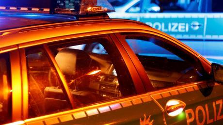 Die Polizei sucht Zeugen, nachdem zwei Unbekannte Wasserbomben von einer Brücke auf die B28 geworfen haben.