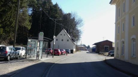 Der Platz beim Bahnhof in Kellmünz soll neu gestaltet werden. Unter anderem soll dort an den gegenüberliegenden Parkplätzen eine Buswendeschleife (Durchmesser rund 22 Meter) entstehen.