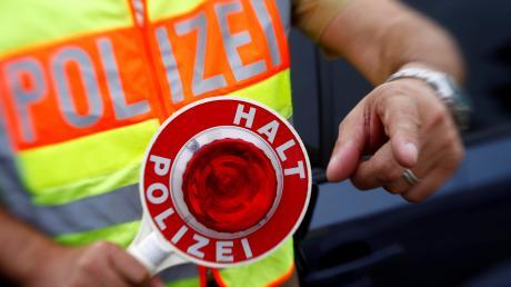 Polizisten kontrollierten am Donnerstagvormittag auf der Autobahn 7 bei Altenstadt einen Sattelschlepper.