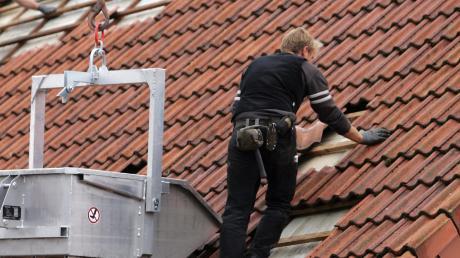 Vorsicht ist geboten, wenn Handwerker ihre Leistungen an der Haustüre anbieten. Häufig handelt es sich um spontane Dach- und Pflasterarbeiten.