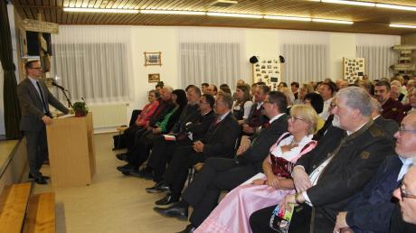 Viele Gäste waren zum Vereinsjubiläum nach Obenhausen gekommen, darunter etwa Landrat Thorsten Freudenberger (links) und Vertreter des Allgäu-Schwäbischen Musikbundes.