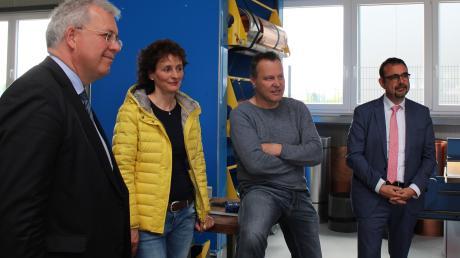 Bei dem Besuch des EU-Abgeordneten Markus Ferber in der Bucher Spenglerei Brunner gab es spannende Gespräche. Das Bild zeigt Markus Ferber, Gudrun Brunner, Rudolf Brunner und Klaus Holletschek.