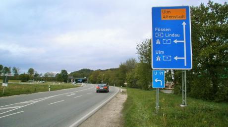 Durch eine Initiative mehrerer Kommunen soll die Geschwindigkeit auf der Autobahn zwischen Kellmünz und Illertissen gesenkt werden. Unser Bild zeigt die Staatsstraße, die zur Autobahn bei Altenstadt führt.
