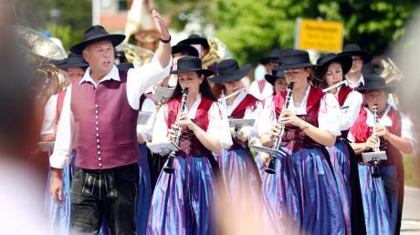 69 Vereine, darunter 23 Musikkapellen, waren beim großen Festumzug durch Obenhausen zu sehen. Mit dabei war auch der Musikverein Kellmünz. Zahlreiche Zuschauer – und Zuhörer – säumten die Straßen entlang der Umzugsstrecke.