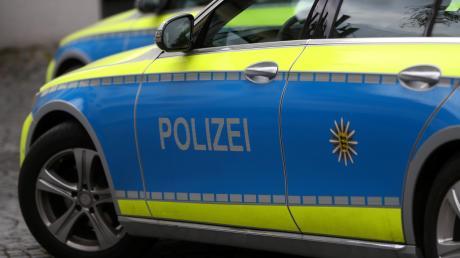 Die Polizei Friedberg traf in Dasing einen 18-Jährigen an, der auf dem alten Sportplatz mit dem Auto Runden gedreht hatte.