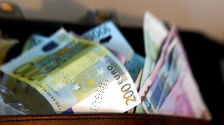 Mehrere Tausend Euro wurden einem Rentner abgeluchst.