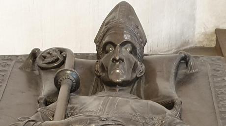 Seit mehr als 700 Jahren ist Bischof Wolfhard in Augsburg bestattet. Seine Gebeine mussten im Laufe der Jahrhunderte mehrmals im Dom umziehen.