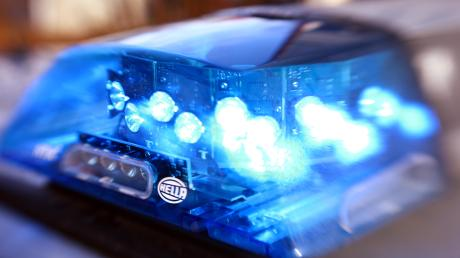 Eine Frau beschädigte in Altenstadt beim Ausparken ein anderes Fahrzeug und flüchtete.
