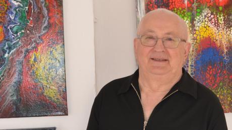 Reinhold Kornegger und seine Bilder aus ineinandergegossenen Farben.