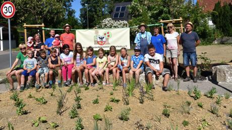 Gemeinsam mit Kindern haben Mitglieder des Obst- und Gartenbauvereins Jedesheim dieses große Beet mitten in Jedesheim angelegt.