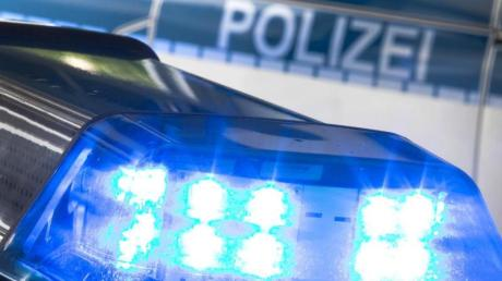 Die Polizei sucht nach einem Unbekannten, der an einem der Iglinger Baggerweiher Kinder angesprochen hat und sich vor ihnen befriedigt hat.