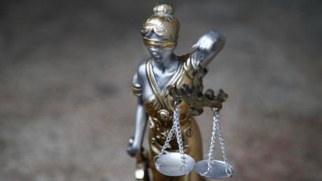 Fünf Männer müssen sich vor dem Landgericht Memmingen verantworten. Sie sollen einen Uhrenhändler in Illerberg überfallen haben.
