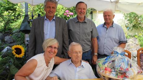 Rudolf Stelzer (vorne rechts) feierte mit Tochter Cornelia seinen 90. Geburtstag. Gerhard Unglert, Roland Biesenberger und Willy Weiske gratulierten.