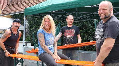 Die Aufbauarbeiten in der Traube laufen auf Hochtouren: Zusammen mit drei fleißigen Helfern sorgt Pächterin Christina Riegel dafür, dass alles steht. Denn heute Abend startet das dreitägige Summer-Bash-Festival in der Bellenberger Kult-Kneipe.