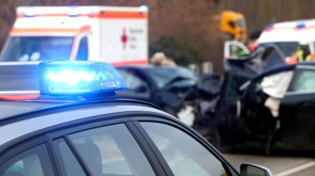 Zwei Autos sind am Dienstagvormittag an der Kreuzung von Illertissener Straße und Staatsstraße 2031 bei Jedesheim zusammengestoßen: Ein Mann wurde dabei verletzt.