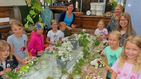 Die Mädchen hatten Freude an ihren Blumenherzen. Hilfe und gute Tipps erhielten sie von Waltraud Liedel (rechts) und ihrer Mitarbeiterin Monika Hirt.