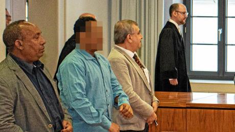 Der Angeklagte Ali A. wurde am Freitag im Prozess von zwei Dolmetschern begleitet.