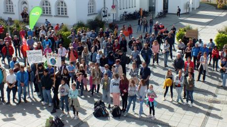 Vor dem Vöhringer Rathaus sind rund 200 Demonstranten zusammengekommen, um am weltweiten Fridays-for-Future-Aktionstag ihre Stimme für mehr Klimaschutz zu erheben.