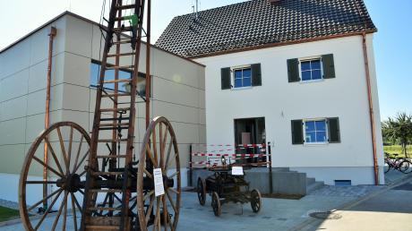 Vor den neuen Feuerwehrhaus waren eine historische Balance-Leiter und eine Saug- und Druckspritze von 1892 ausgestellt.