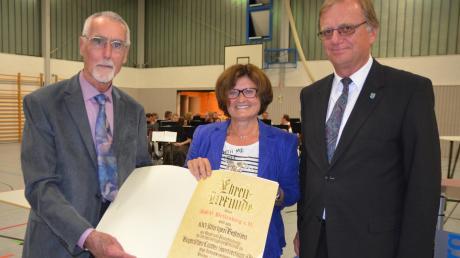 Angelika Böck überreicht die Ehrenurkunde des Bayerischen Landes-Sportverbands, links Vorsitzender Rudolf Dippold, rechts sein Vize Hilmar Müller.