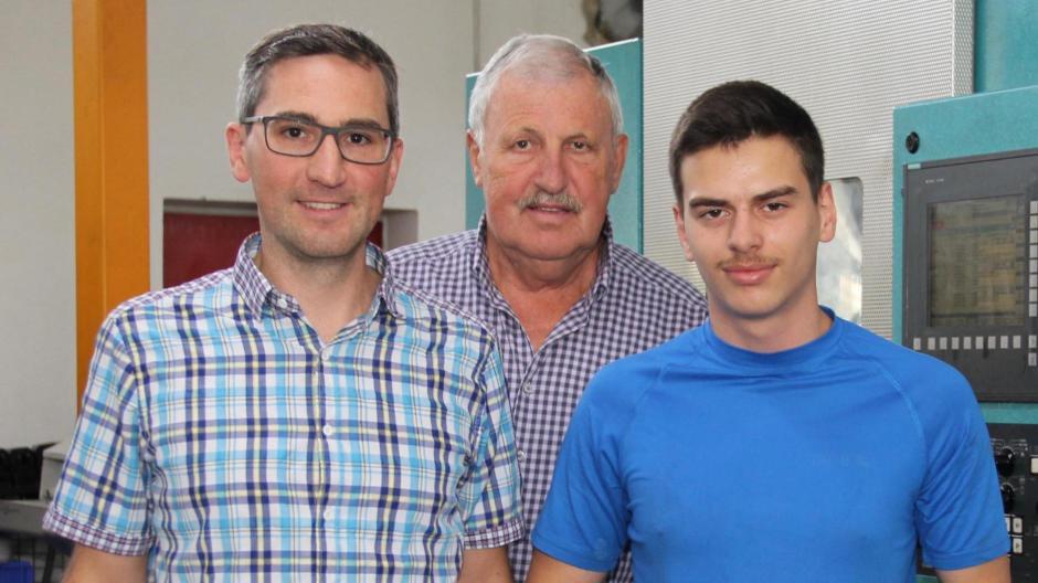 Das Foto zeigt Franz Schierling (Mitte) mit Sohn Jürgen und Azubi Asad, der die Praxisklasse im vergangenen Schuljahr mit einem Einserschnitt abschloss.