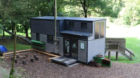 Auf dem Gelände der Sportanlage in Illerberg hat die Stadt Vöhringen einen Waldkindergarten geschaffen. Im mobilen Tiny Home sind Kinder und Erzieherinnen untergebracht.