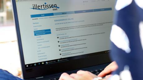 Im Illertisser Rathaus schreitet die Digitalisierung voran: Bislang können Bürger sieben Services online nutzen, weitere sollen dazu kommen. Demnächst können Eltern auch Anmeldungen für Kindergärten vornehmen.
