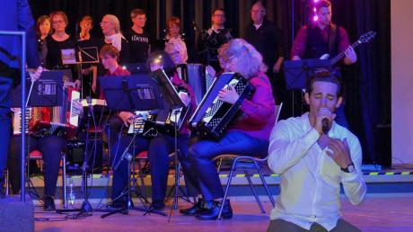 Fabio Diso kann leidenschaftlich und temperamentvoll auf der Bühne sein. Hier zeigt er sich, begleitet vom Akkordeon-Ensemble Illertissen von seiner gefühlvollen Seite.