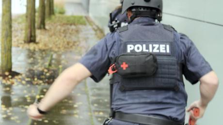Beamte habe am Samstag die Ratiopharm-Arena in Neu-Ulm gestürmt – aber nur zur Probe. Ein Amokläufer soll dort, laut Übungsszenario, um sich geschossen haben.