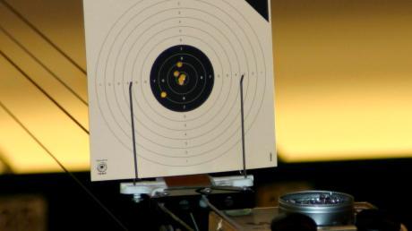 Das Schießen mit der Luftpistole erfordert Konzentration.