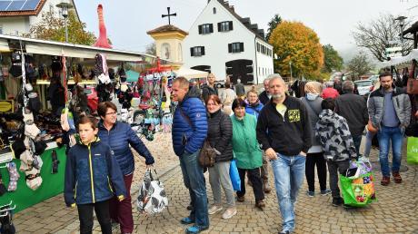 Schmöker, Socken, Raclette: Zahlreiche Besucher bummelten am Sonntag über den Kellmünzer Kirchweihmarkt und den Bücherei-Flohmarkt.