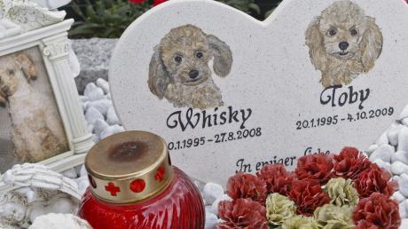 Der Tod eines geliebten Haustiers ist für die Besitzer häufig schwer zu ertragen. Eigens gestaltete Friedhöfe geben den Betroffenen einen Ort für ihre Trauer.