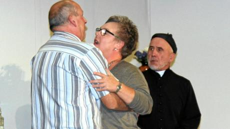 Unmoral im Pfarrhaus – der Pfarrer kann es nicht fassen. Unser Bild zeigt (von links) Manfred Maier, Christine Huchler und Edgar Thoma.