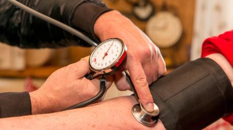 In manchen ländlichen Regionen mangelt es an Ärzten. Die Staatsregierung will mit Anreizen dafür sorgen, dass sich mehr Mediziner fürs Landentscheiden. Für die Umsetzung ist eine Fachstelle zuständig, die in Memmingen angesiedelt wird.
