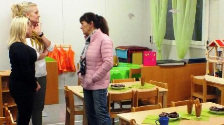 Bei der offiziellen Eröffnung des Containers unterhielten sich die Erzieherinnen Anja Yuvarlak (von links) und die Jutta Span mit Stadträtin Brigitte Endriß.