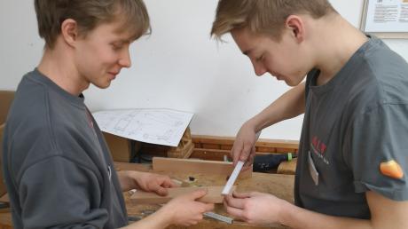Moritz Wagner (links) und Jonas Schneider haben Spaß an der Arbeit mit Holz. Sie wollen Schreiner werden und machen eine Ausbildung bei der Firma Alt in Gannertshofen.