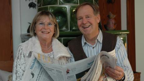 Mit seiner Frau Carla und der Heimatzeitung.