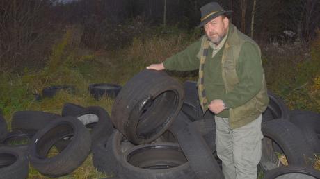 Der Naturschutzwächter Ernst Pfeiffer beklagt die illegale Müllablagerung in einem Waldstück zwischen Winterrieden und Weiler.