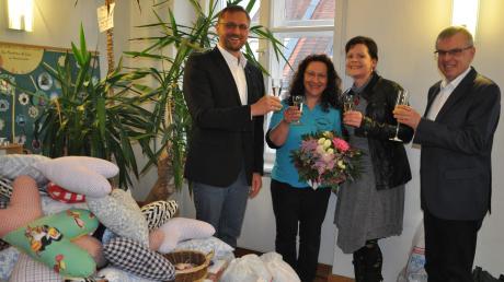 Pfarrer Thomas Brom (links), Peter Hart vom St.-Michaels-Bund (rechts) sowie Kirchenpflegerin Johanna Walter (Zweite von rechts) gratulierten Regine Zoller für ihr Engagement als Leiterin der Winterrieder Bücherei.