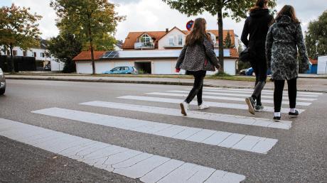 Viertklässler der Altenstadter Grundschule wünschen sich in der Friedhofstraße einen Zebrastreifen. Ihr Antrag wird dem Gemeinderat vorgelegt.