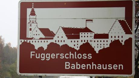 Sie sollen Durchreisende auf den Markt Babenhausen und dessen Wahrzeichen, das Fuggerschloss, aufmerksam machen: die braun-weißen Schilder am Rande der A7 und A96. Nun sorgt eine Tafel für Unmut.