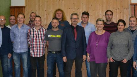Diese Winterrieder bewerben sich bei den Kommunalwahlen im März 2020 um einen Sitz im Gemeinderat. In der Mitte des Bildes: Bürgermeister Hans-Peter Mayer.