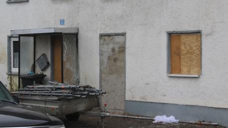 Im Illertisser Ortsteil Gannertshofen haben Spezialkräfte der Polizei dieses Haus gestürmt. Offenbar gingen Türe und Fensterscheiben dabei zu Bruch.
