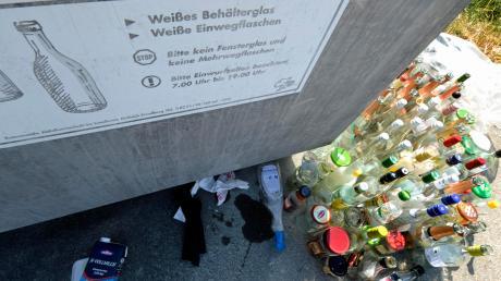 Im Landkreis gibt es zahlreiche Stellplätze für Depotcontainer. Wie Wolfgang Metzinger vom Abfallwirtschaftsbetrieb sagt, sähe es dort teilweise verheerend aus: Häufig seien alte Kühlschränke oder Fernseher abgestellt.